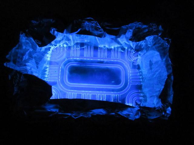 キャンドゥで売ってる LUMICAの「ふしぎな実験キット化学のヒカリ水(ブルー)」 光っている様子