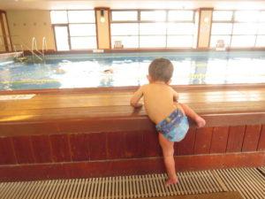 プールで泳ごうとする1歳児 水遊びパンツ