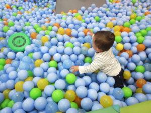 1歳でできること ボールプールで遊ぶ